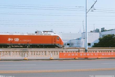 湖北省首趟汽车整车进口专列 大规模大批量运送回汉